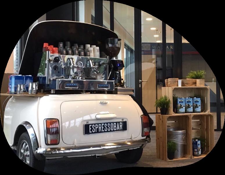 Een espressomachine in de achterbak van een mini