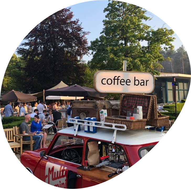 Een minicooper die is omgebouwd tot mobiele koffiebar