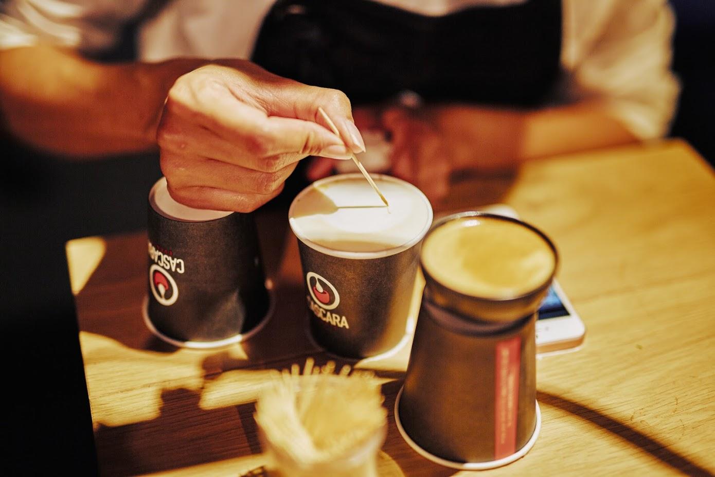 Een barista maakt speciale latteart